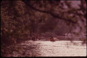 800px-PADDLING_DOWN_THE_WISCONSIN_RIVER_FROM_TOWER_HILL_STATE_PARK,_TWO_CANOES_AND_SEVEN_MEN_RETRACE_THE_3000_MILE_TRIP____-_NARA_-_550768